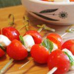 kanape-s-syrom-i-pomidorom